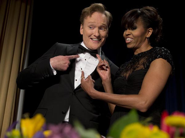 First lady Michelle Obama and late-night television host and comedian Conan O´Brien gesture to his tie at the White House Correspondents´ Association Dinner at the Washington Hilton Hotel, Saturday, April 27, 2013, in Washington.  (AP Photo/Carolyn Kaster)